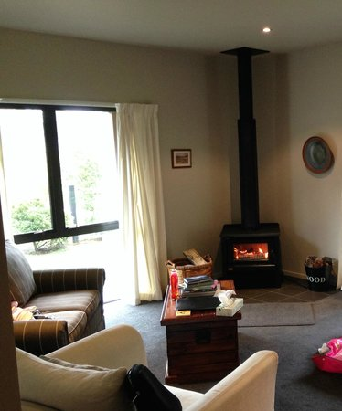 Woodbank Park Cottages: Lounge and Fireplace