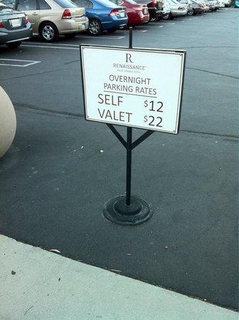 Renaissance Palm Springs Hotel: 12 dollars la nuit pour le parking : c'est franchement abuser !