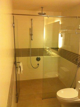 Liberty Central Saigon Centre Hotel : Large Shower space