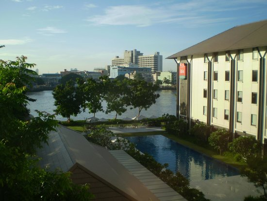 ibis Bangkok Riverside: View of the river the pool from the room window