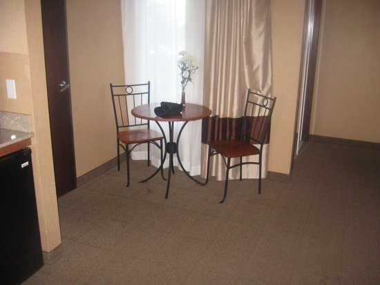 Comfort Inn & Suites: Romantic eating area in King Suite