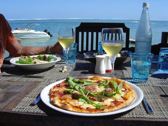 Heritage Awali Golf & Spa Resort : Excellente pizza en bord de plage