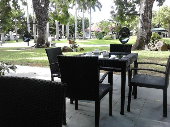 Hoi An Historic Hotel: Outside breakfast dining table