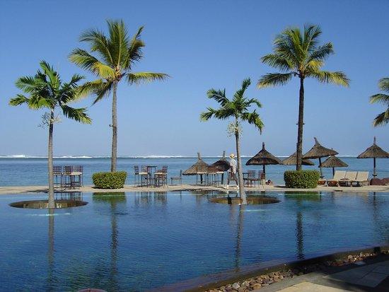 Heritage Awali Golf & Spa Resort : Piscine à débordement face à la mer