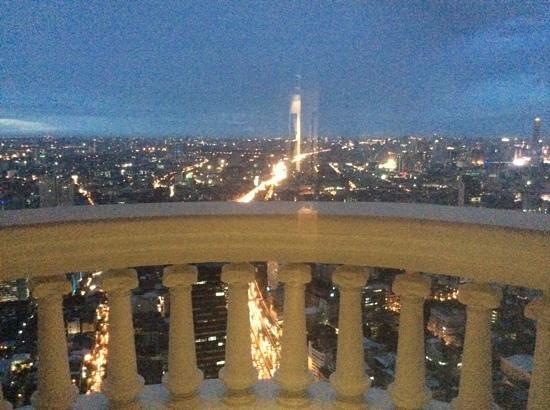 lebua at State Tower : vue de la tomber de la nuit avec les embouteillages