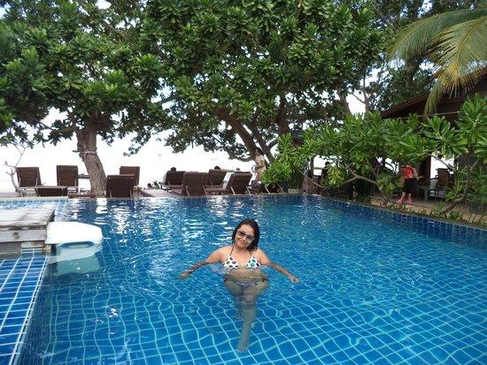 Saireehut Resort : สระว่ายน้ำมองเห็นวิวหาด ที่เดียวบนหาดทรายรี