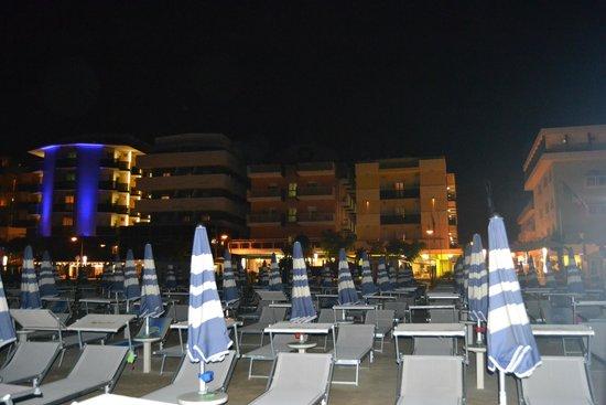 Hotel Eden : Abends am Strand