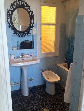 Salle de bain avec toilette n15 - Picture of Hotel Normandy Cap d ...