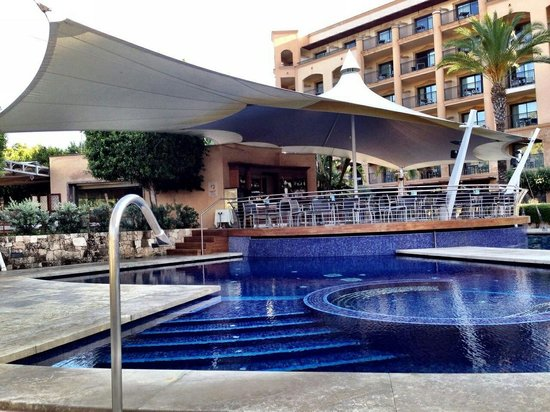 Insotel Fenicia Prestige Suites & Spa: Swimming pool and pool bar