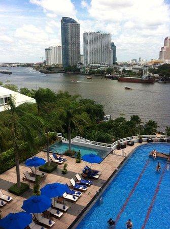 Chatrium Hotel Riverside Bangkok: vista camera con piscina spesso affollata