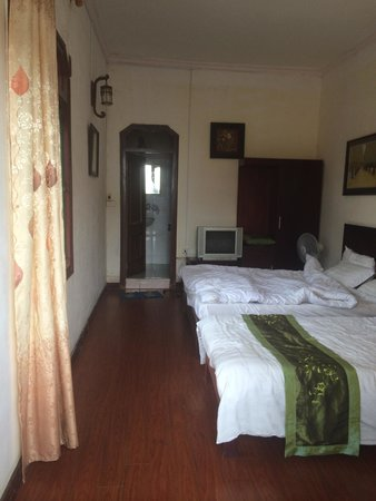 Sapa Queen Palace Hotel: Room 305.  Big but noisy and damp
