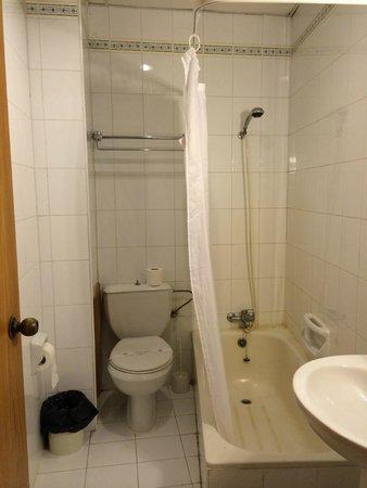 Windsor Hotel: миниатюрная ванная