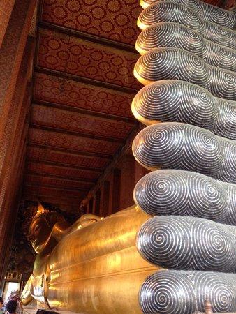 Wat Pho (Tempel des liegenden Buddha): 足の裏側からの全体像です。長い!