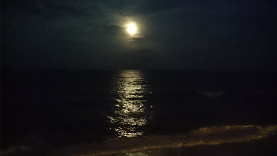 Cape Hatteras Motel : Moon over the ocean