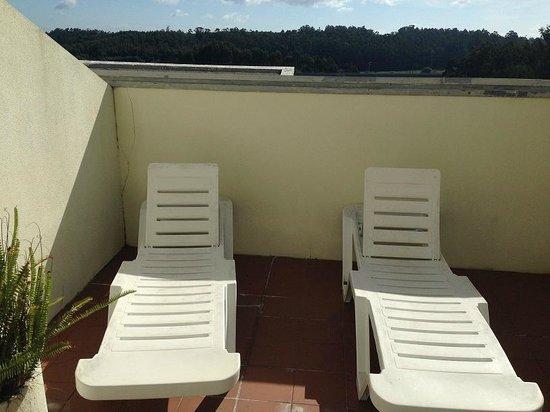 Santana Hotel & Spa: terrasse avec transats moisis