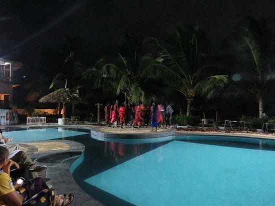 Waridi Beach Resort & Spa: Spettacolo Masai in piscina