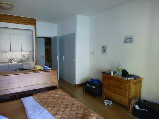 La Ferme de l'Izoard: spacieuse chambre grand confort en rez de jardin avec coin cuisine