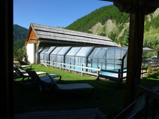 La Ferme de l'Izoard: piscine chauffée à parir de la terrasse de la chambre grand confort