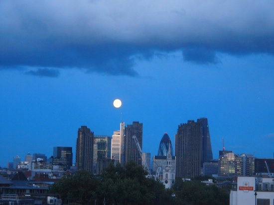 Crowne Plaza London - Kings Cross: Moon over London from our room.