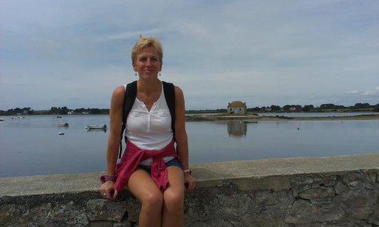 Chambres d'hotes Talvern : Sylvie devant l'île de St Cado