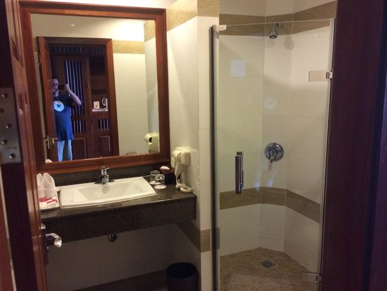 Angkor Miracle Resort & Spa : bathroom with shower and tub