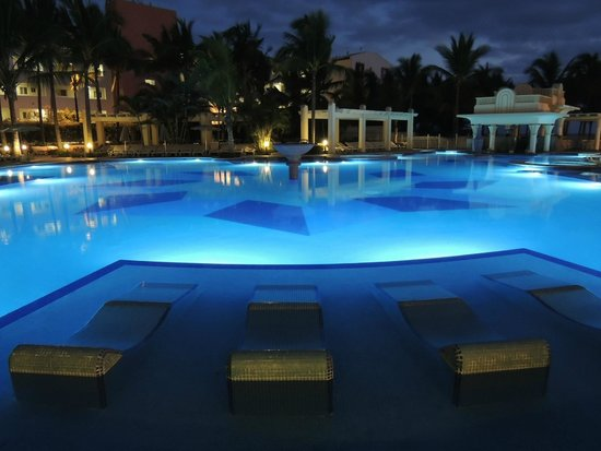 Hotel Riu Vallarta : Adult pool at night ( wish it was open later ,sad but good they put cleaning chemicals in every