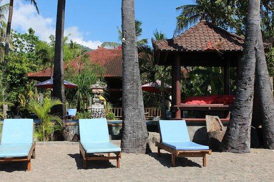 Bali Bhuana Beach Cottages: Beach towards pool