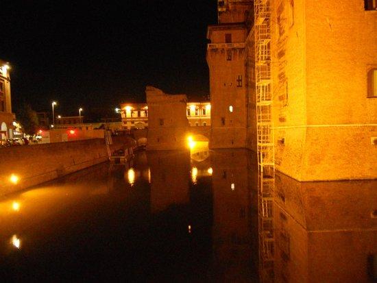 Castello Estense: Il castello di notte