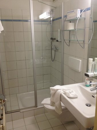 Hotel Jedermann: bathroom