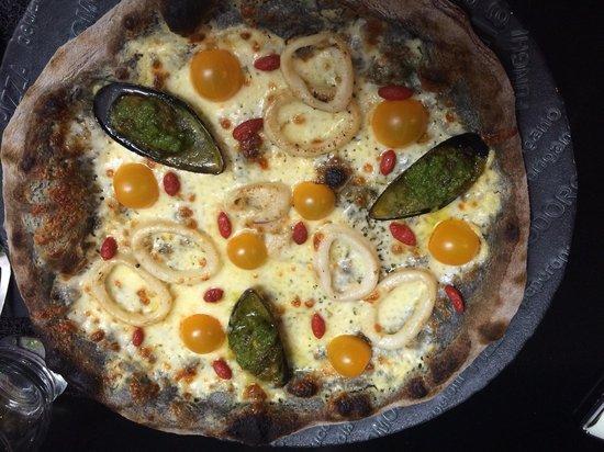 Eden Pizza : Pizza à l'encre de seiche fruits de mer et crème d'ail maison