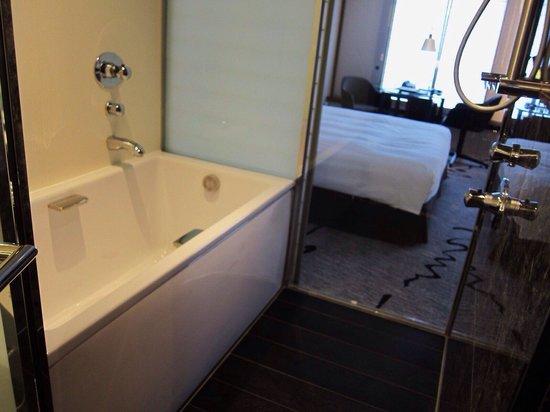Hilton Tokyo: 浴室。ガラスの外側にある障子のようなドアをスライドさせると室内のテレビを観ながらバスタブに浸かれます。