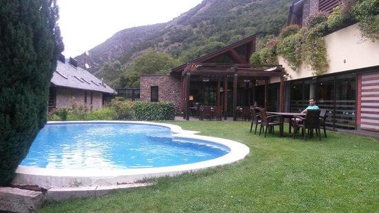 Hotel Riberies: Zona de la piscina de día