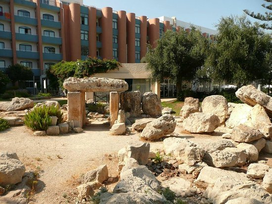 Dolmen Hotel Malta: Dolmen in the garden of the hotel