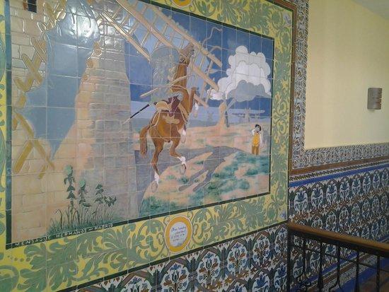 La Casa de la Torrecilla: Una de las paredes muestra una cuadro de azulejos con la historia del Quijote y los molinos.