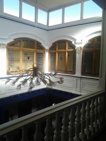 La Casa de la Torrecilla: Vista del patio interior, con la lámpara y el lucernario.
