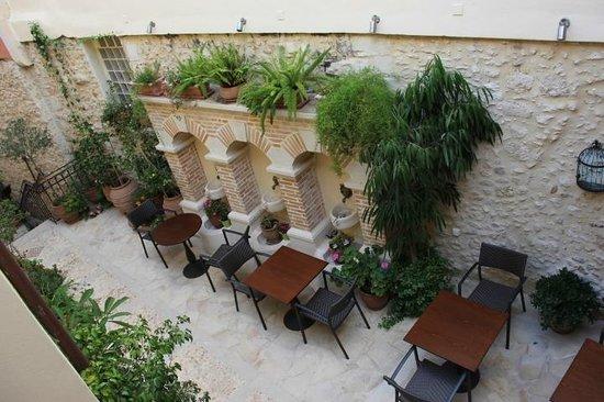 Casa Moazzo Suites & Apartments: Внутренний дворик...