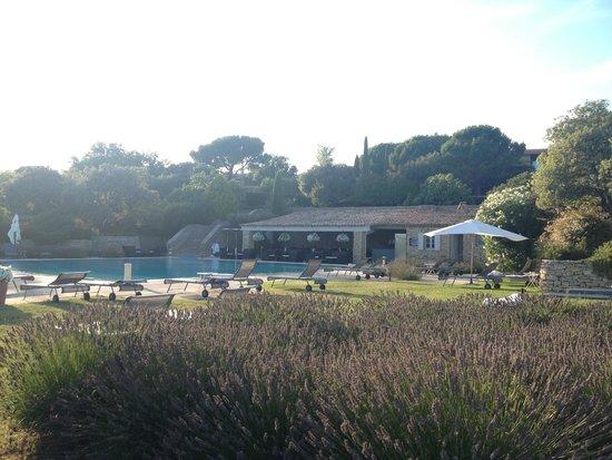 Hotel Les Bories & Spa : la piscine et son restaurant