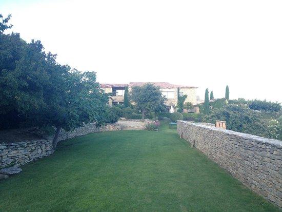 Hotel Les Bories & Spa : une partie des chambres donant sur la piscine