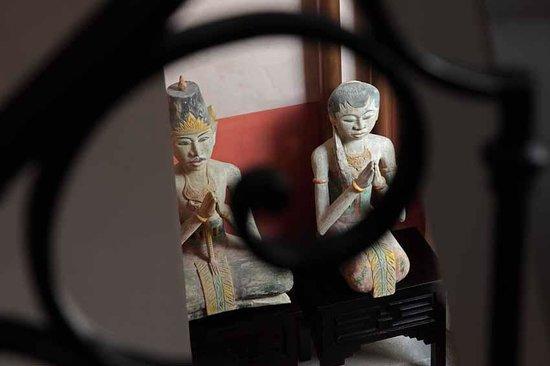 La Maison Sur La Sorgue - Esprit de France : les loro blonyo dans l'escalier