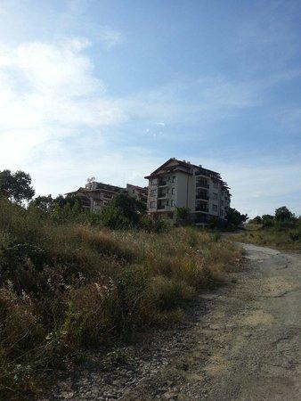 Relax Holiday Complex: Вид на отель с дороги