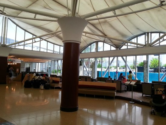Peninsula Excelsior Hotel: Lobby (6/F) including the pool area and access to both buildings