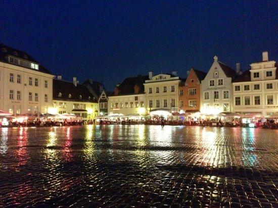 Town Hall Square: La place de nuit