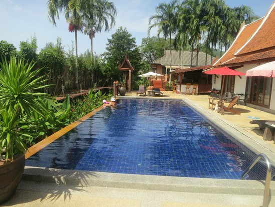 Surintra : Pool next to the rooms