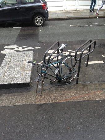 Hôtel des Deux Continents : Vélo abandonné en face de la porte d'entrer de l'hôtel .