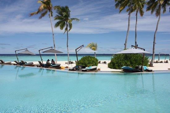 Constance Halaveli: Vue piscine hotel