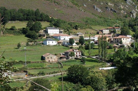 Hotel Rural Genestoso: Visto desde el otro lado del valle