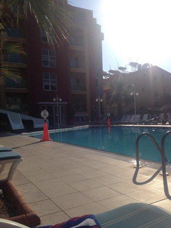 Club Alpina Apartments Hotel: Pool area early morning