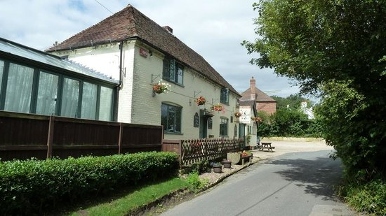 The Two Sawyers: Traditional country pub in Woolage Green, Kent