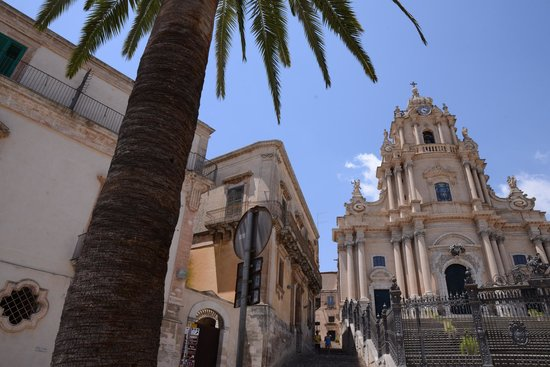Ragusa Ibla : the beautiful small plaza del duomo