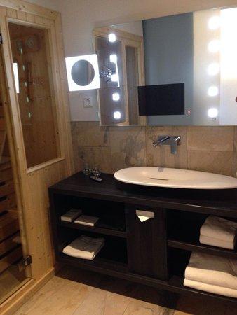 Mainport Hotel : Lavabo, Tv intégrée dans le miroir et sauna